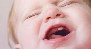 première poussée dentaire bébé